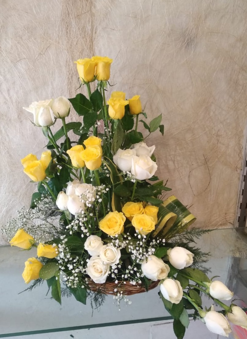 Flowers Delivery in Greater Noida40 White & Yellow Roses One Side Arrangement