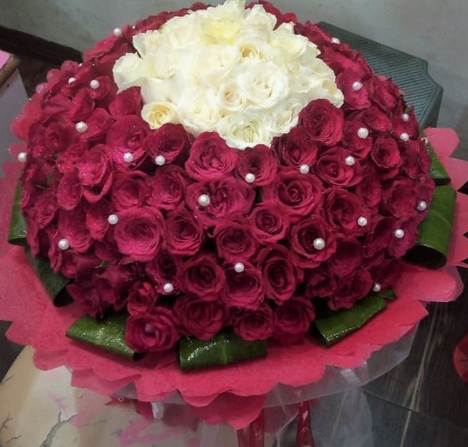 send flower Bhajan Pura DelhiRed & White Rose in Paper Wrapping